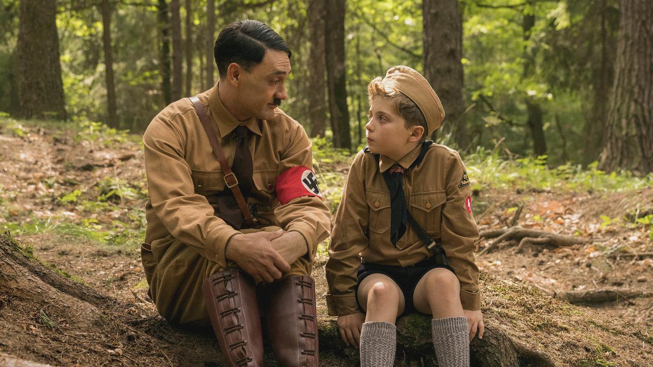Taika Waititi jako Adolf Hitler aRoman Griffin Davis vroli desetiletého hrdiny Jojoa.