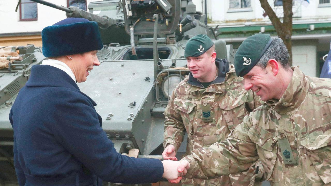 Pátek, 3. ledna, Narva. Estonská prezidentka Kersti Kaljulaid s britskými vojáky během vzpomínky na sté výročí úspěšného konce války za nezávislost.