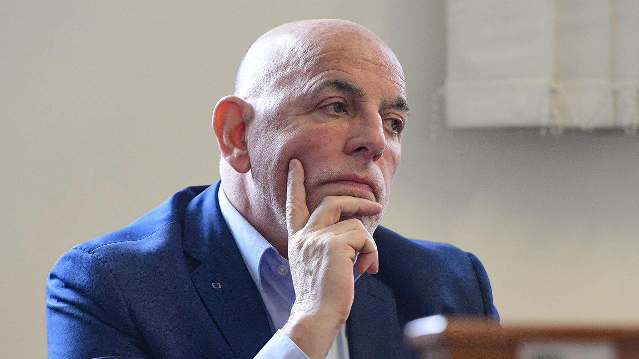 Městský soud vPraze přikázal ministerstvu financí, aby se místo Miloše Zemana omluvilo jeho bývalému poradci Zdeňku Šarapatkovi.