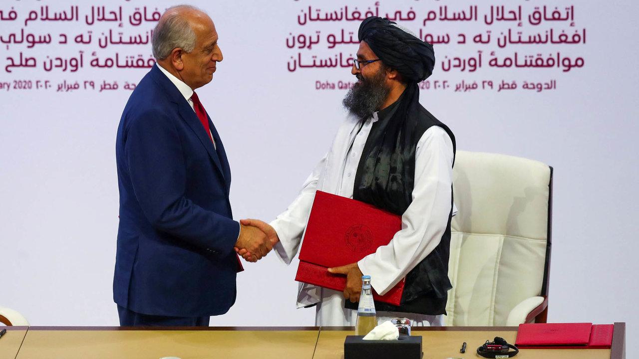Stvrzení smíru. Vyjednavač Tálibánu Abdul Ghaní Baradar si třese rukou samerickým zástupcem Zalmajem Chalilzádém.