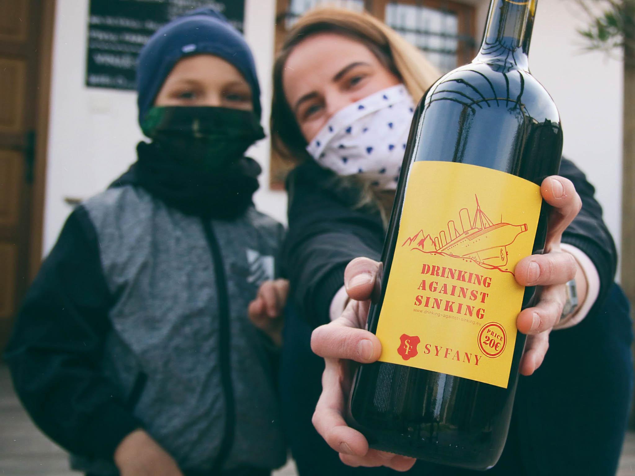 Vinaři zMoravy prodávají lahve raritních vín avýtěžek (minus nutné náklady) poté darují svým odběratelům, kteří museli zavřít provozovny.