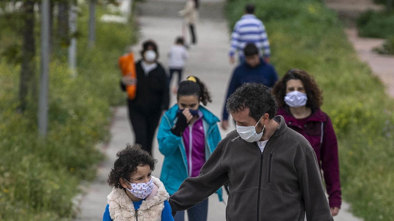 Španělské děti mohou od neděle nahodinu denně ven. Hřiště ale zůstávají zavřená.
