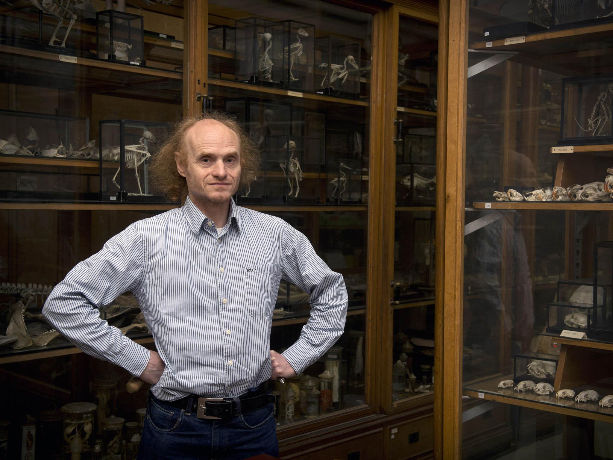 """Podle evolučního biologa Jaroslava Flegra druhá vlna nákazy může přijít koncem roku. """"Tipoval bych, že vlistopadu, nejpozději vprosinci, to tu budeme zase mít velmi nepříjemné,"""