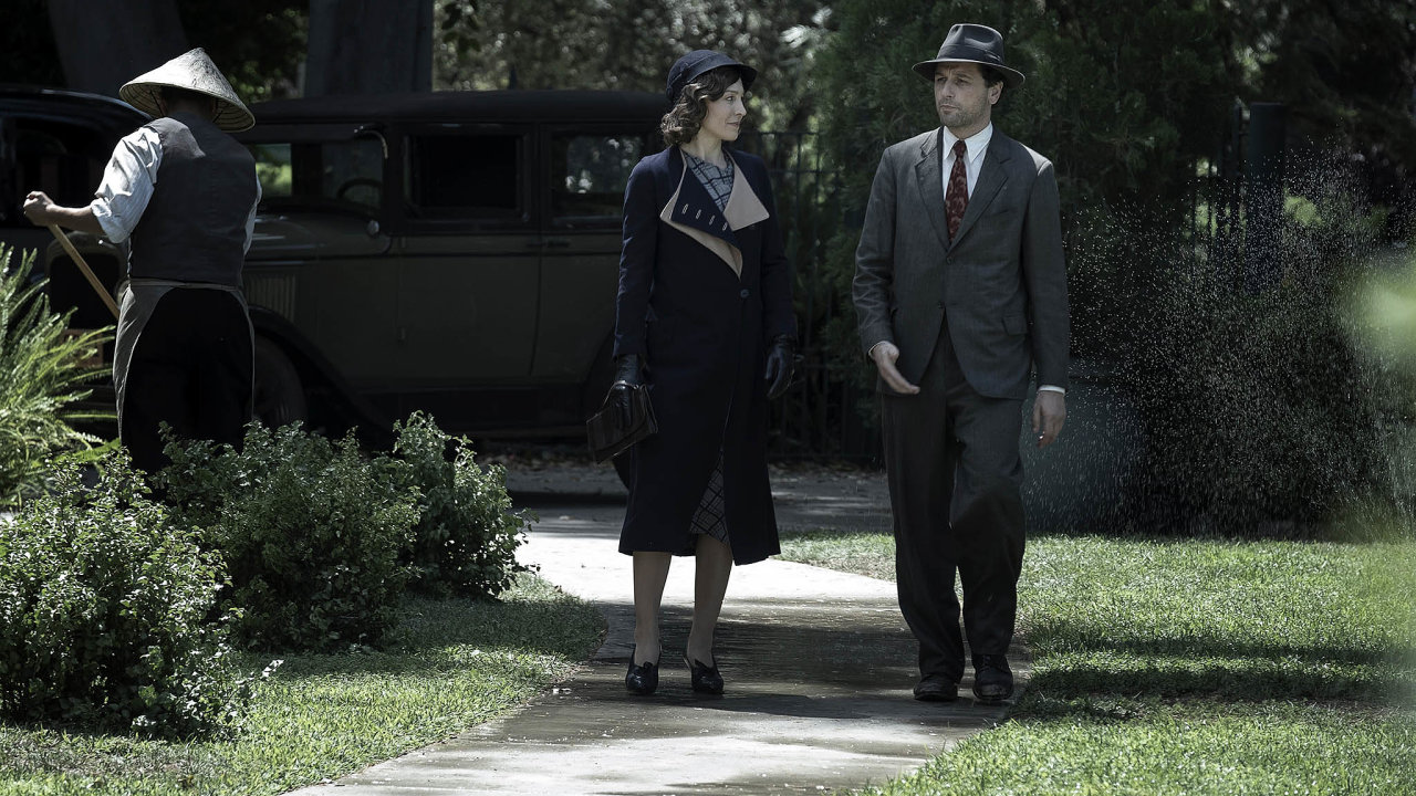 Nový seriál HBO sleduje, jaký byl Perry Mason (hraný Matthewem Rhysem, vpravo) předtím, než se stal obhájcem. Vlevo je Juliet Rylanceová jako sekretářka Della Streetová.
