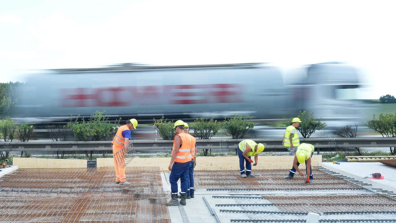 Levnější výstavba: Stavební firmy nyní nabízejí výstavbu silnic adálnic až otřetinu levněji.