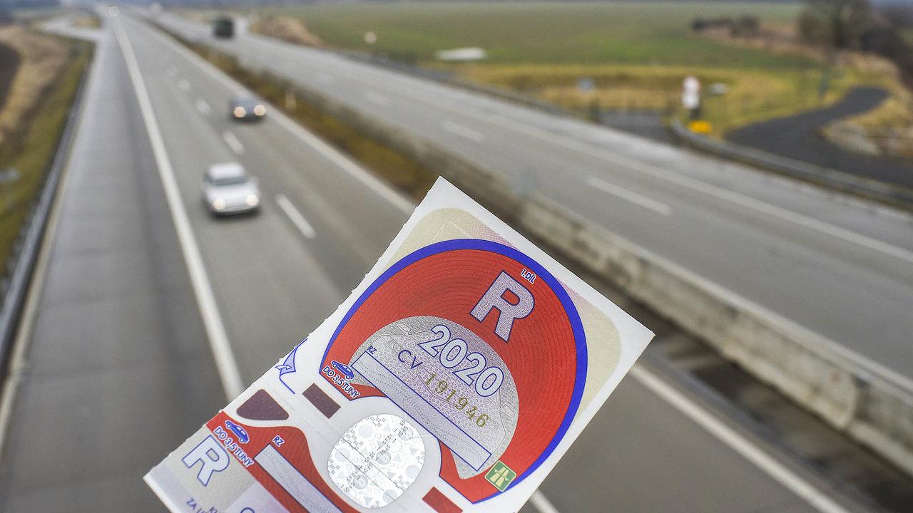Od příštího roku budou klasické dálniční známky nahrazeny elektronickými.