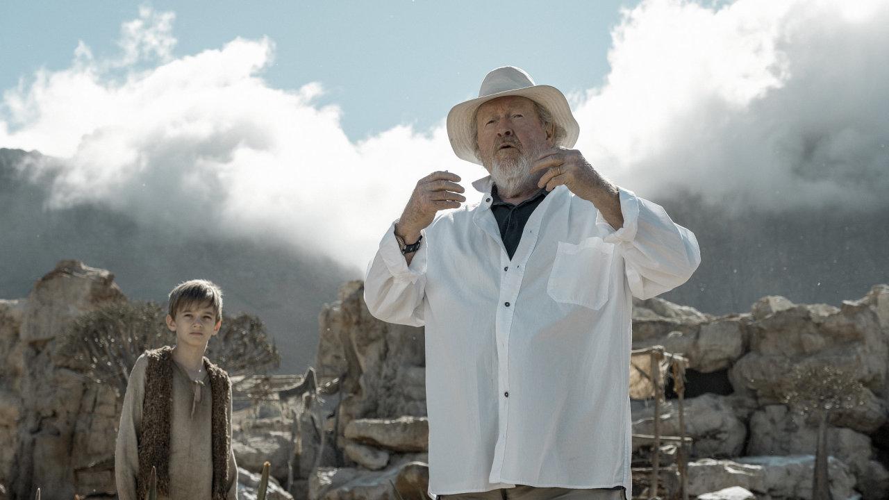 Ridley Scott při natáčení seriálu Vychováni vlky