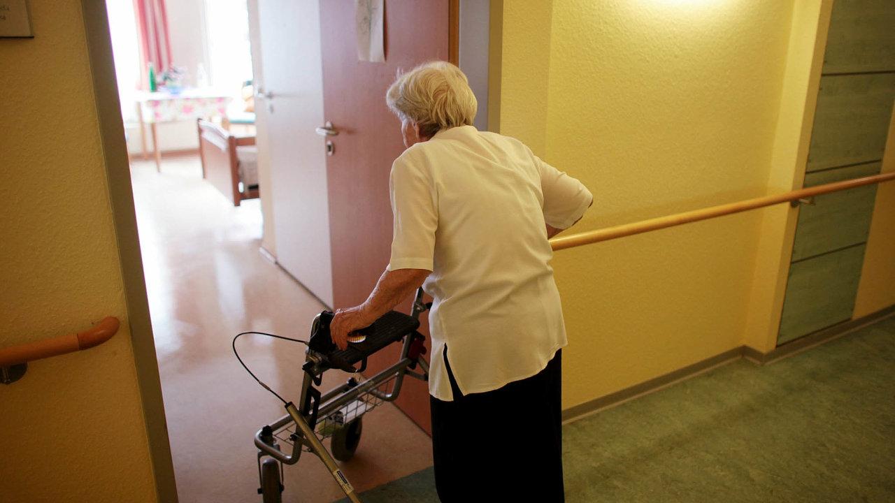 Ochránit seniory. Pro lidi staršího věku je covid-19 nesmírně rizikový. Přesto je už asi dvě stě nakažených klientů domovů důchodců.