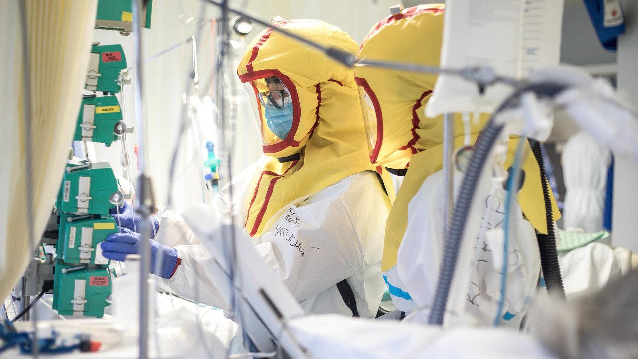 2703 sester má koronavirus. Nakažených je také 1319 lékařů a2199 ostatních zdravotníků. Počet lidí, kteří vpříštích týdnech budou vnemocnicích scovidem-19, vzroste podle předpovědí až na pět tisíc