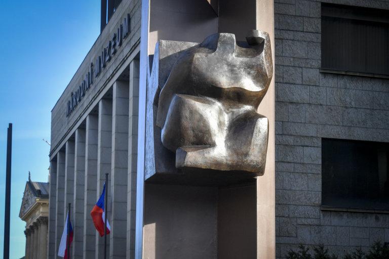 Před novou budovou Národního muzea v Praze byla 17. listopadu 2020 odhalena bronzová plastika Plamen na Palachově pylonu.