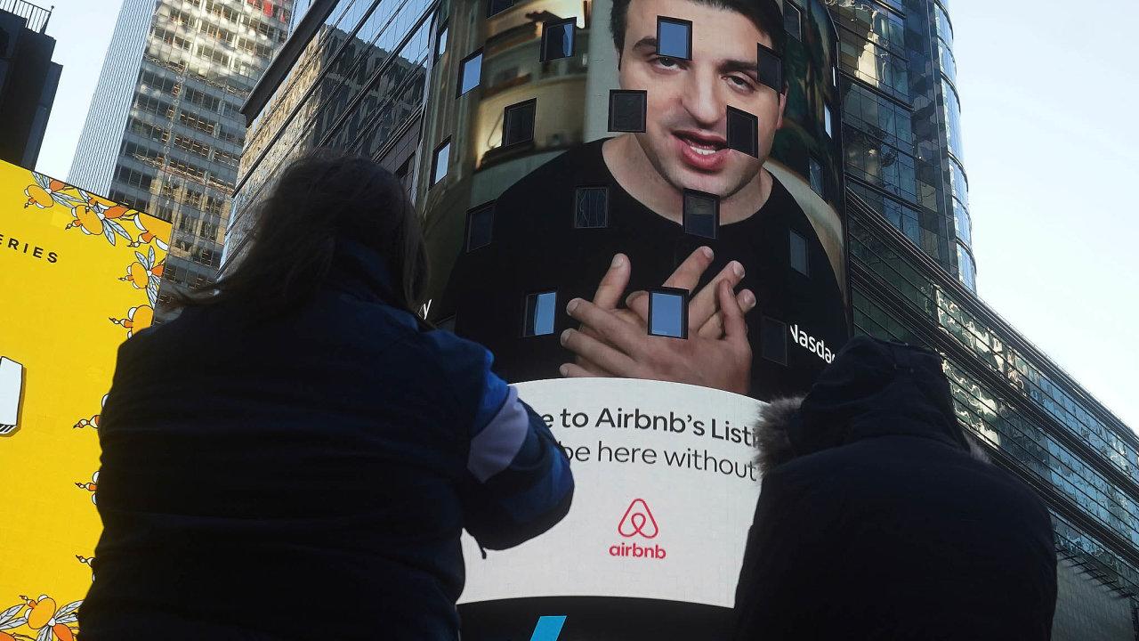 Na IPO Airbnb ve čtvrtek upomínala i obrazovka na newyorské Times Square. Objevil se na ní i spoluzakladatel firmy Brian Chesky.