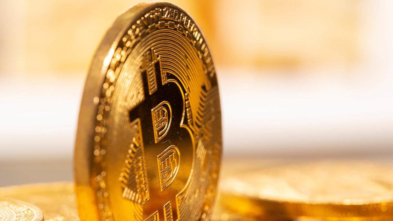 Po roce výrazného růstu se hodnota bitcoinu prudce propadla.