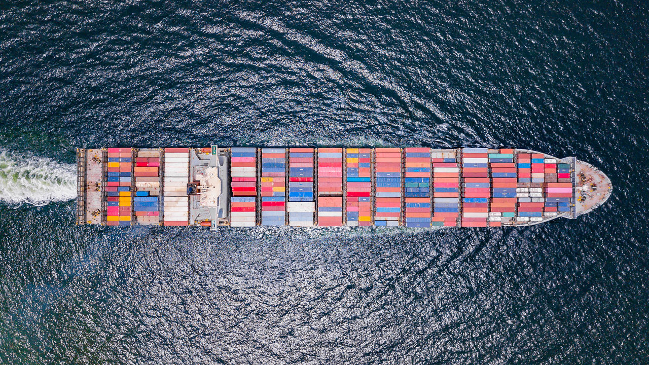 Přeprava zboží lodí mezi Asií aEvropou trvá 28 až 38dní. Uželeznice to po takzvané Nové hedvábné stezce trvá dva až tři týdny. Nejrychlejší je letecké cargo, jež převeze zásilku iza tři dny.