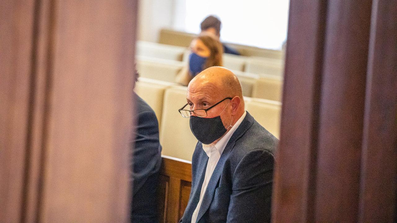Když loni v listopadu někdejší vlivný boss ODS Jiří Hos uprostřed svého soudu beze stopy zmizel a policie po něm vyhlásila pátrání, občanští demokraté od něj dali ruce pryč.