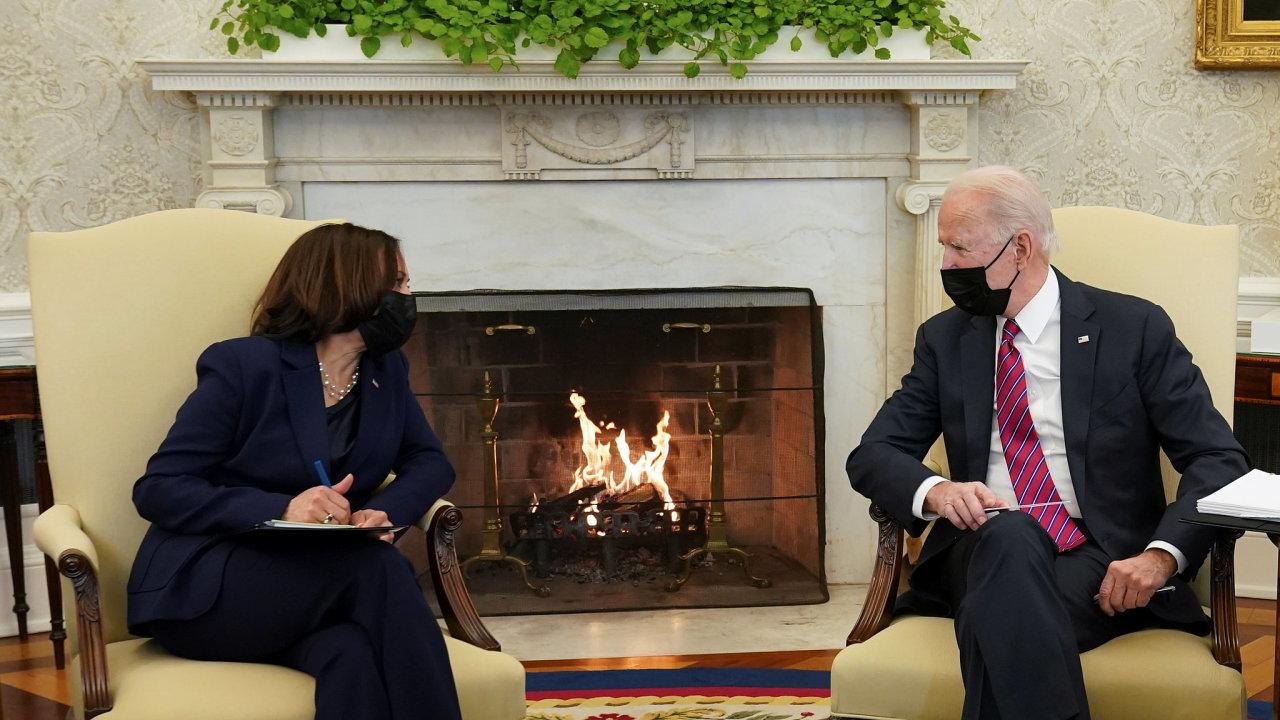 Viceprezidentka USA Kamala Harrisová odmítá být jen figurínou stojící vedle prezidenta Joea Bidena, a účastní se tak většiny jednání společně.