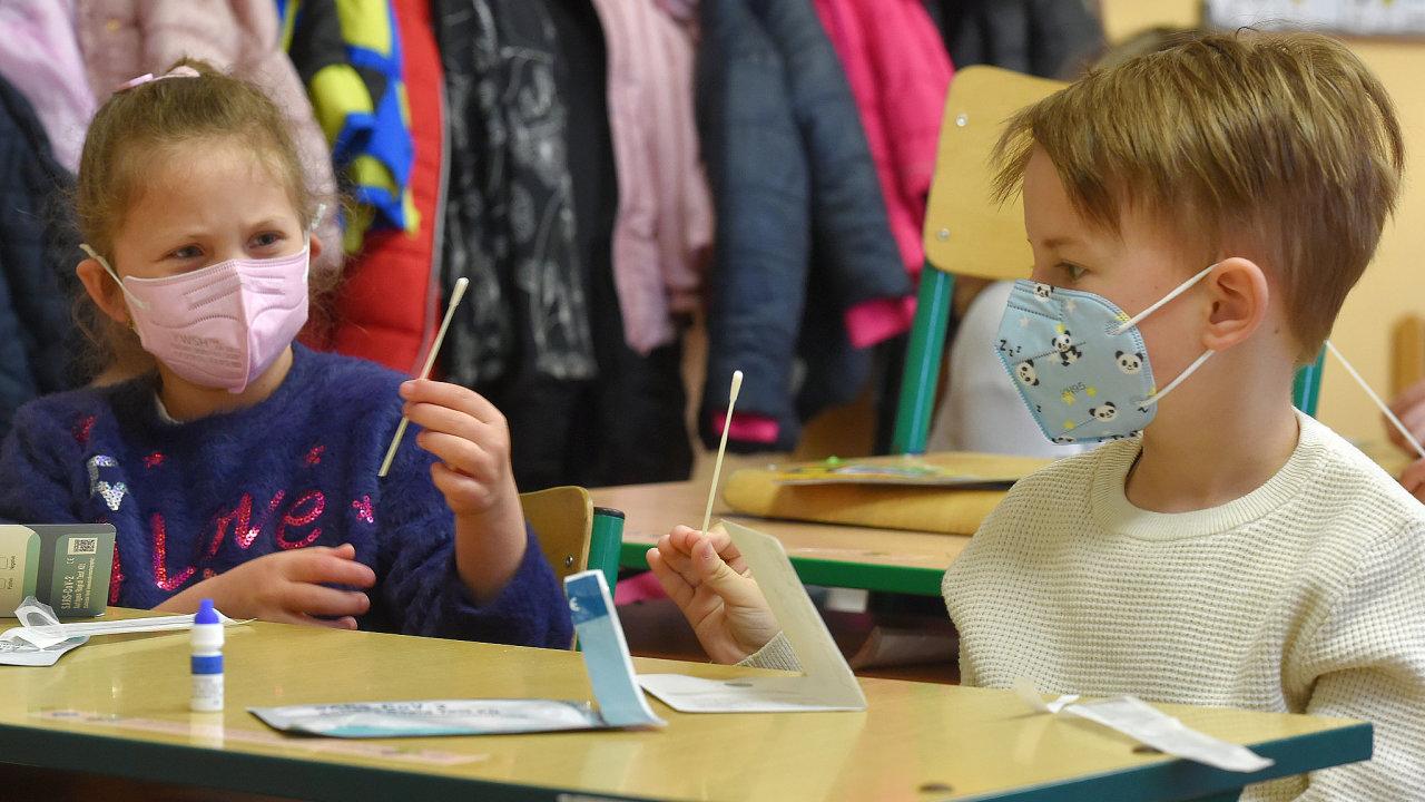 Již podruhé absolvovaly 15. dubna 2021 děti ve školách povinné testování proti covidu. Na snímku jsou žáci sokolovské II. ZŠ.
