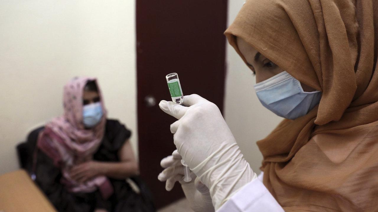 Svět trpí nedostatkem vakcín proti koronaviru. Na snímku je očkování v afghánském Kábulu.
