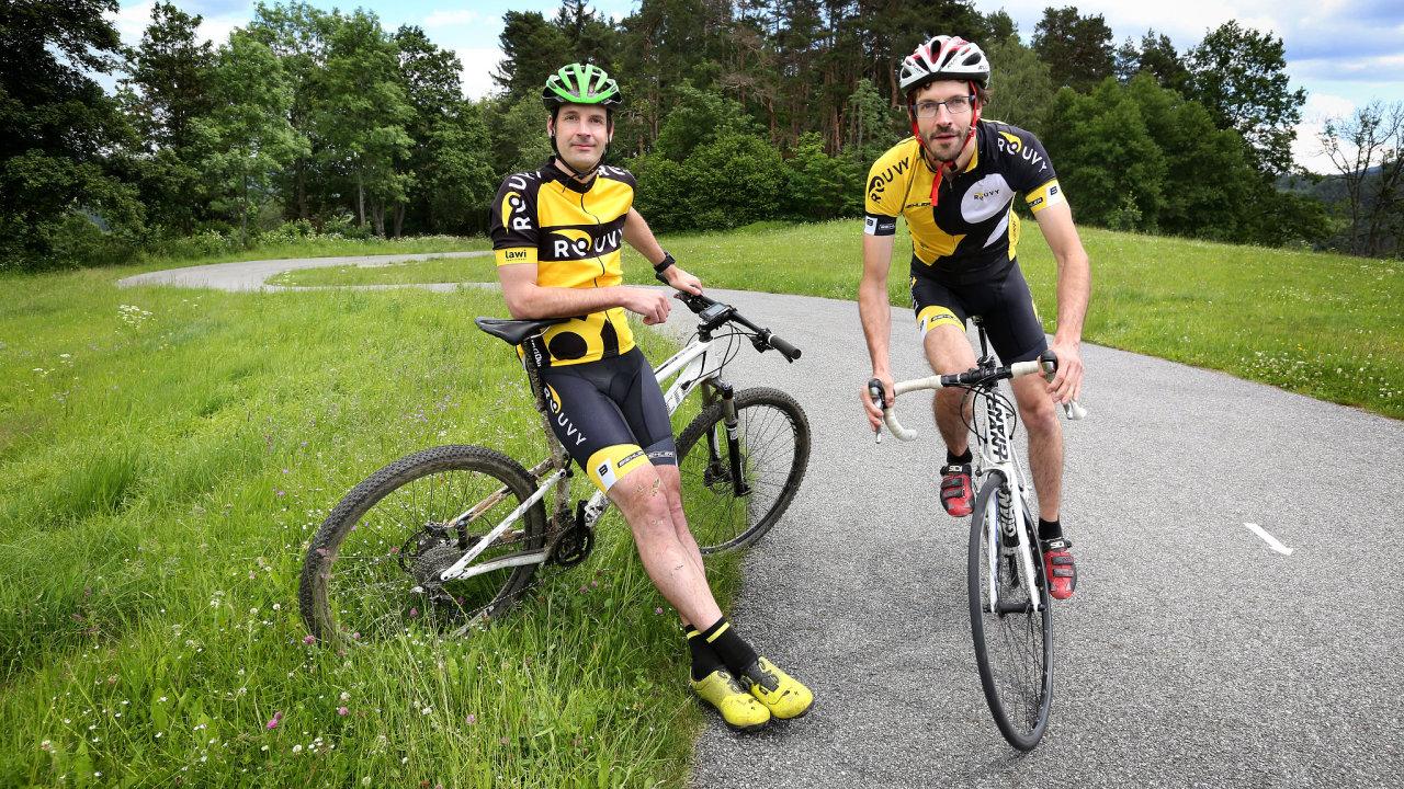 """Bratři Samkovi na kolech – Petr (vlevo) na horském kole, Jiří na """"silničce"""""""