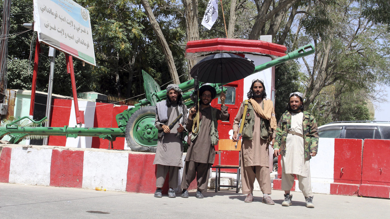 Bojovníci Talibanu stojí na stráži ve městě Ghazní jihozápadně od Kábulu v Afghánistánu, pátek 13. srpna.
