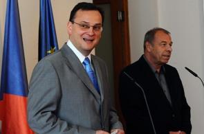 Petr Nečas (vpopředí) a odborový předák Jaroslav Zavadil