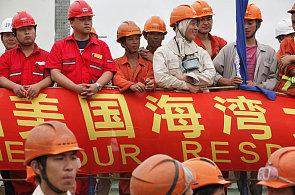 Ilustrační foto - Čína, dělníci na slavnostním ceremoniálu.