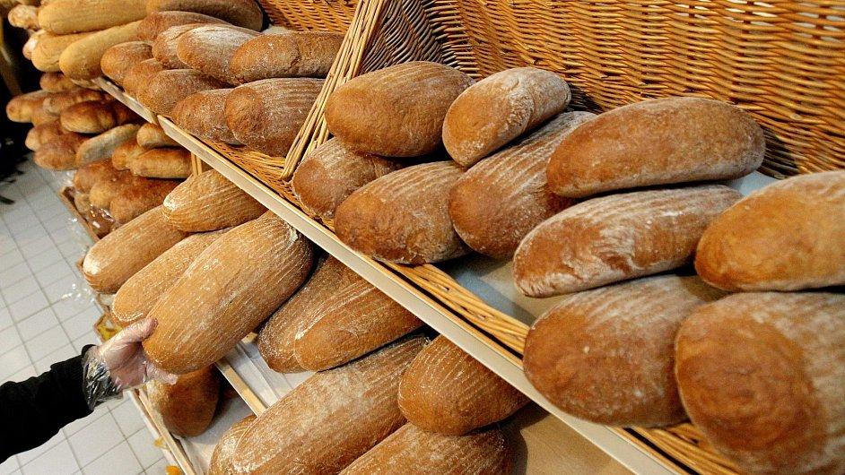 Potraviny. Ilustrační foto. Chléb v regále obchodu