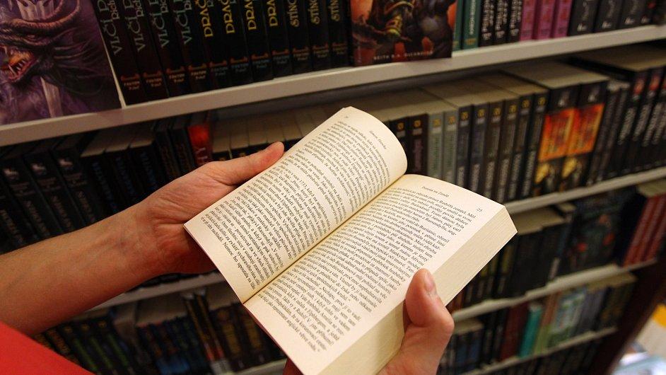 Prodeje papírových knih klesly v Británii i v USA.