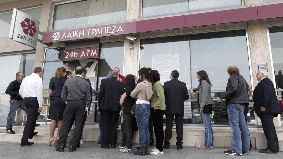 Lidé před zavřenou kyperskou bankou