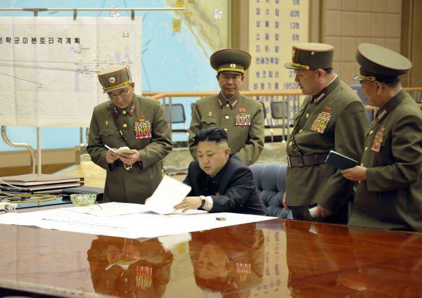 Kim Čong-un s armádním velením před mapou útoku na USA