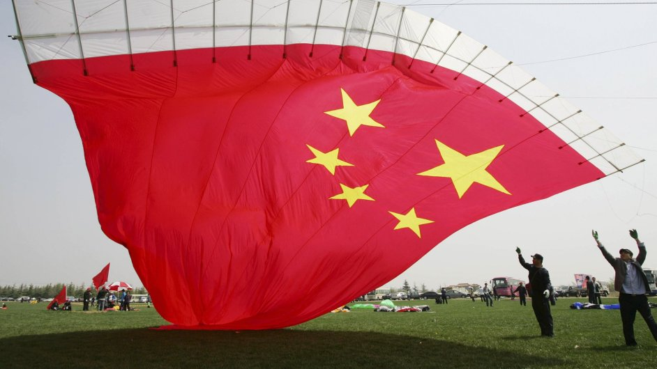 Čínská vlajka jako létající drak. Ilustrační foto