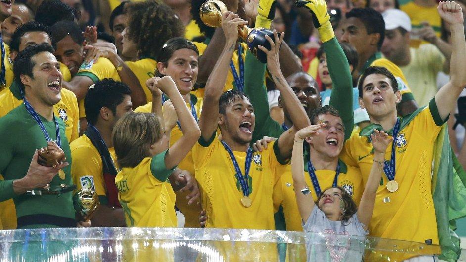 Brazilští fotbalisté oslavují zisk Konfederačního poháru.
