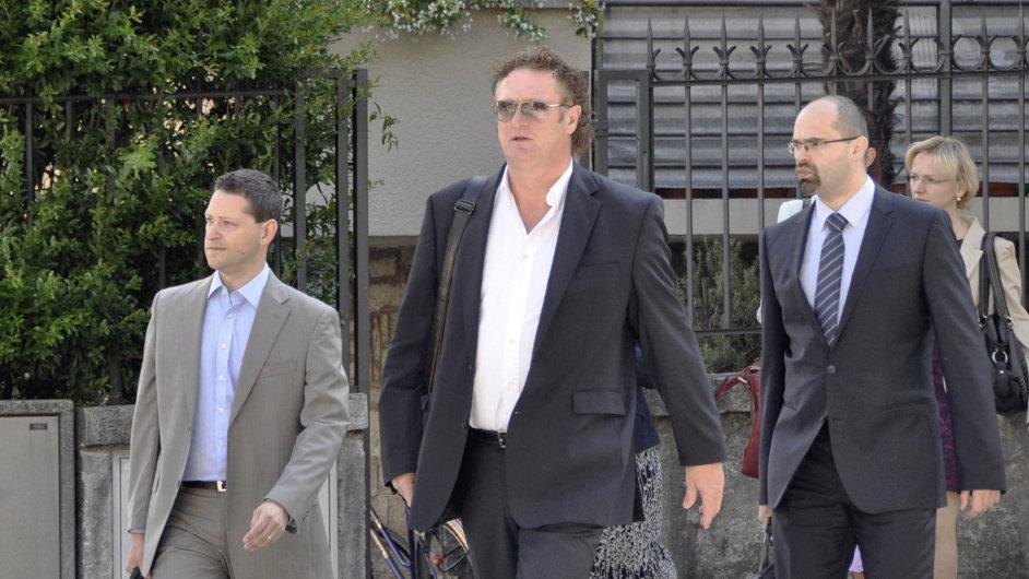 Obžalovaný Jiří Diviš (uprostřed) přichází k soudu ve švýcarské Bellinzoně