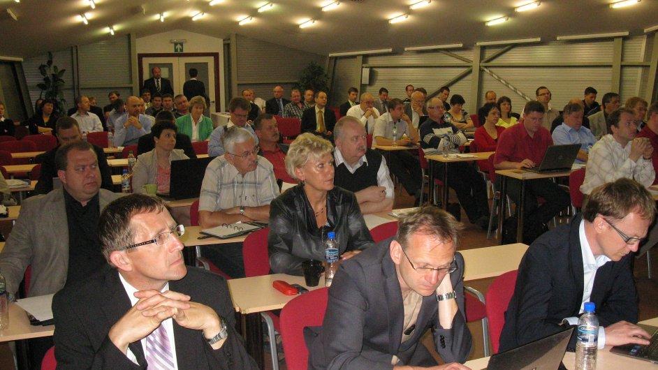 Semináře Integrované dopravní systémy se zúčastnilo asi 140 zástupců organizátorů IDS, dopravců, krajských úřadů, magistrátů a městských úřadů