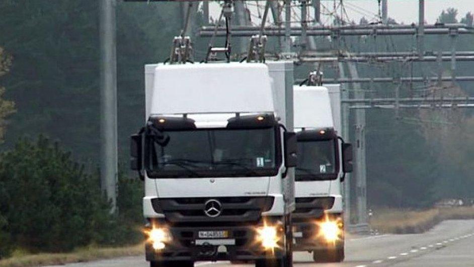 Kamiony se za jízdy umí připojit k trolejím. V USA pro ně začínají stavět eDálnice