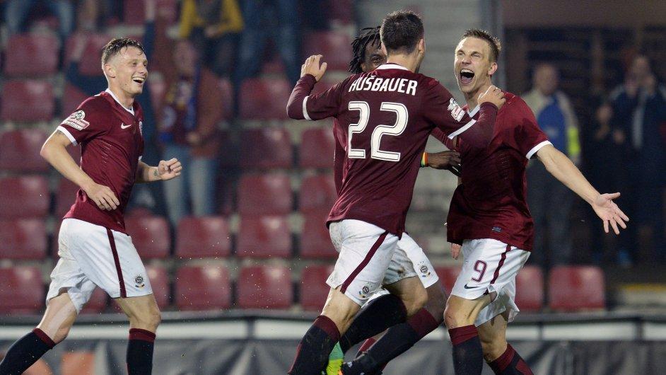 Záložník Sparty Bořek Dočkal (vpravo) se raduje se spoluhráči z gólu