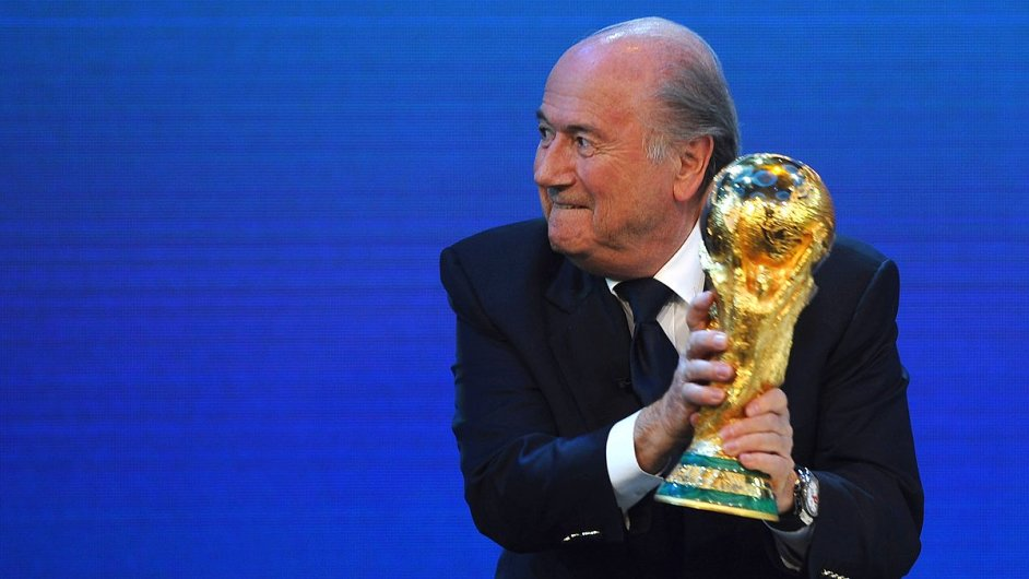 Šéf FIFA Sepp Blatter nejprve volbu Kataru vítal, teď se o šampionát bojí