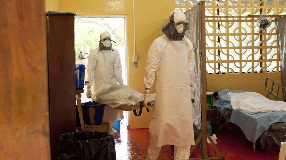 Lékaři v nemocnici v Monrovii musí kvůli ebole používat ochranné obleky.