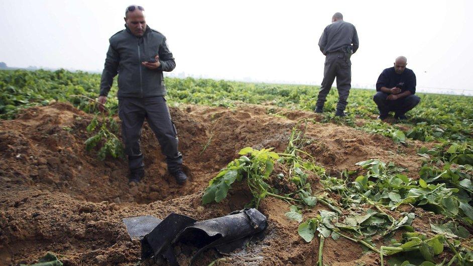 Izraelci si prohlížejí místo, kam dopadla raketa z Gazy, 19. 12. 2014.