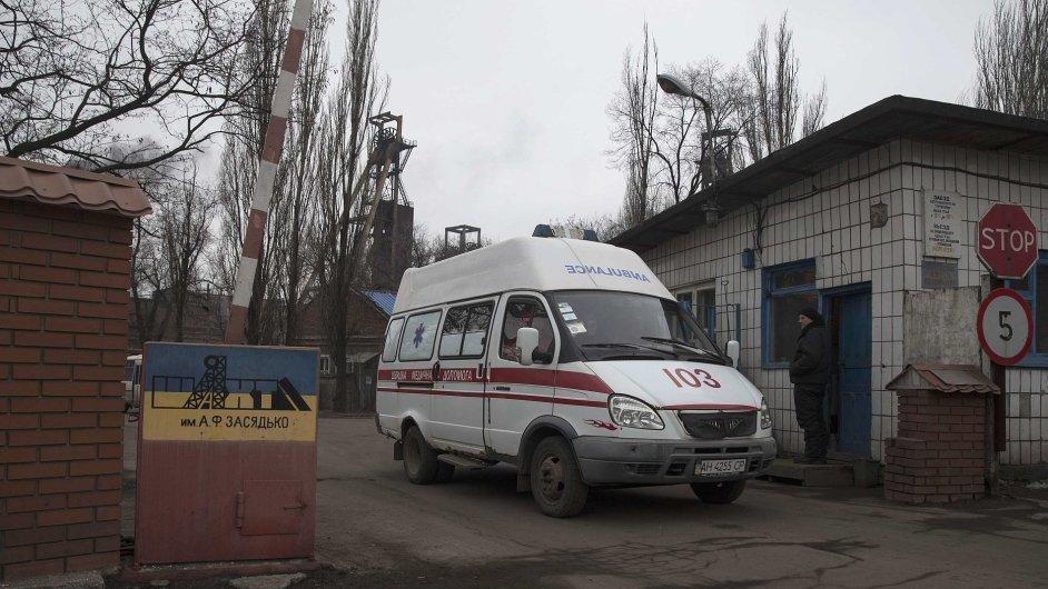 Sanitka odjíždí z doněckého uhelného dolu, kde podle informací zahynulo přes 30 lidí.