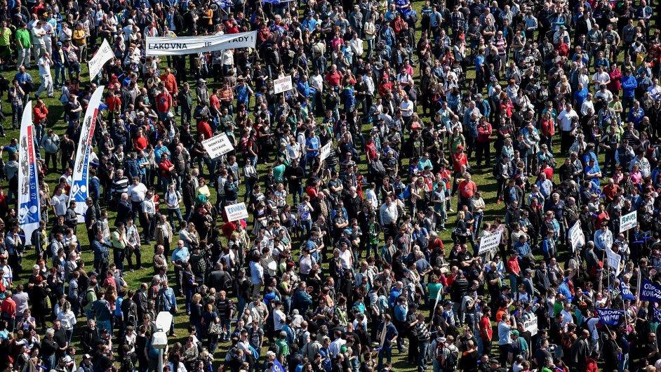 Tisíce odborářů Škoda Auto demonstrovaly za vyšší mzdy.