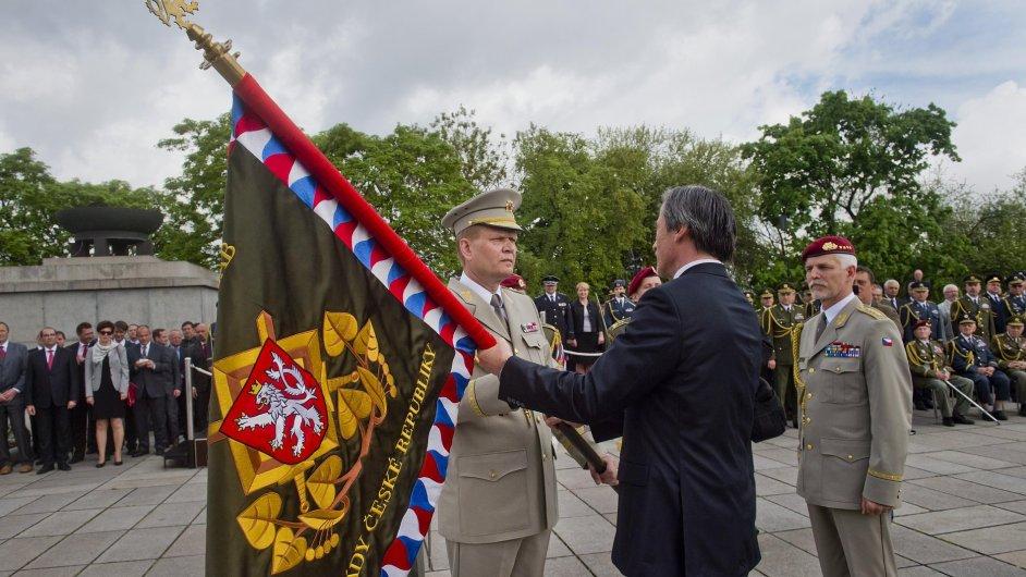 Nový náčelník generálního štábu Josef Bečvář (vlevo) slavnostně převzal od svého předchůdce Petra Pavla (vpravo) funkci.