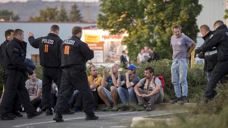 """Nenávist vs. solidarita. Násilné protesty proti uprchlíkům v Heidenau jen posílily německou solidaritu s uprchlíky. """"Zahanbuje mě, co zde museli běženci zažít,"""" uvedla Angela Merkelová."""