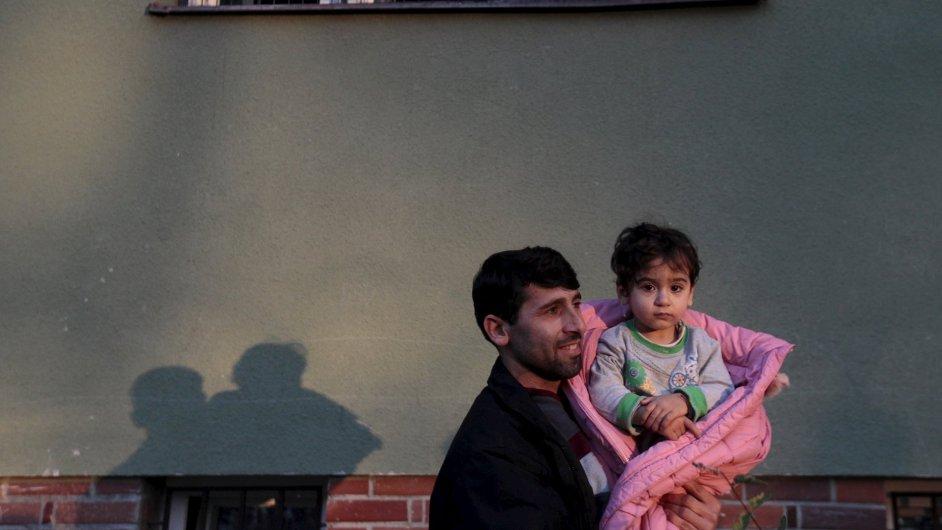 Migrant s dítětem v detenčním zařízení Bělá-Jezová - Ilustrační foto.
