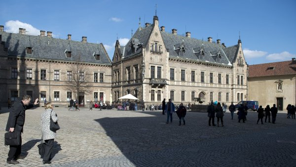 Jiřský klášter (část budovy zcela vpravo) a Nové probošství (uprostřed) církev dostane na základě žádosti podané v rámci majetkového vyrovnání státu s církvemi.