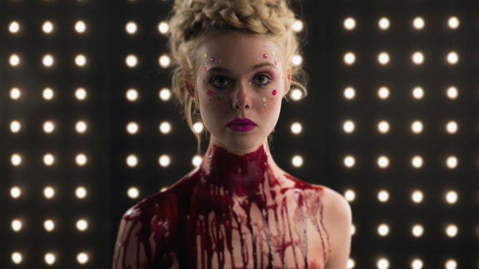 Hlavní roli ve filmu Neon Demon ztvárnila Elle Fanningová.