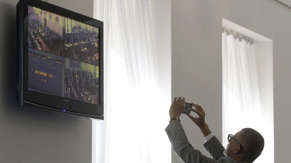 Ministr financí Andrej Babiš sleduje na chodbě Poslanecké sněmovny