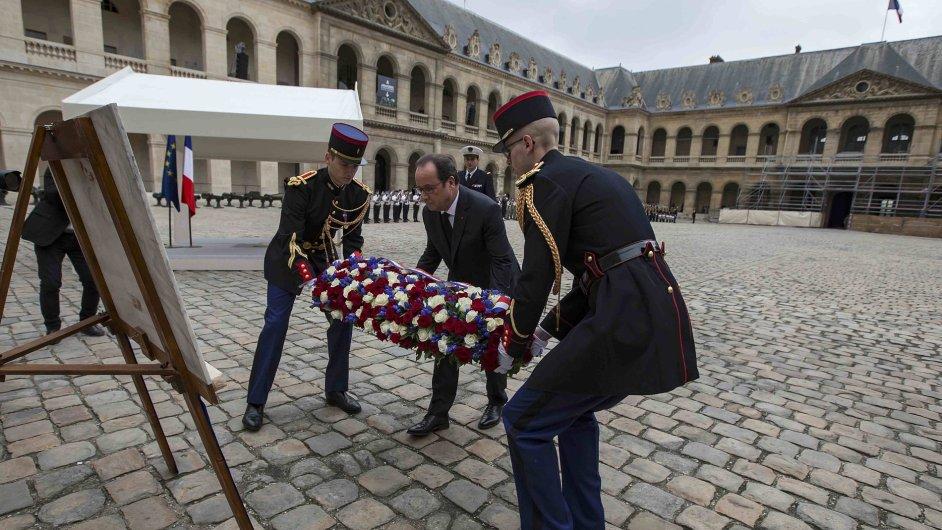 Francouzský prezident Hollande pokládá věnec k uctění památky Alžířanů zabitých tamními nacionalisty po vyhlášení nezávislosti.