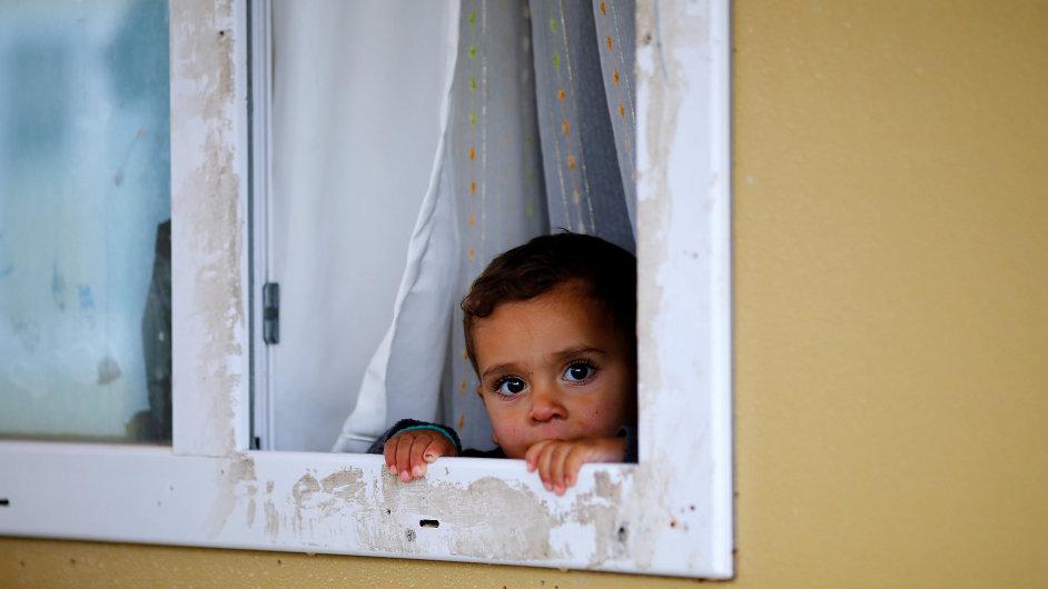 Dítě v táboře na hranicích mezi Tureckem a Sýrií