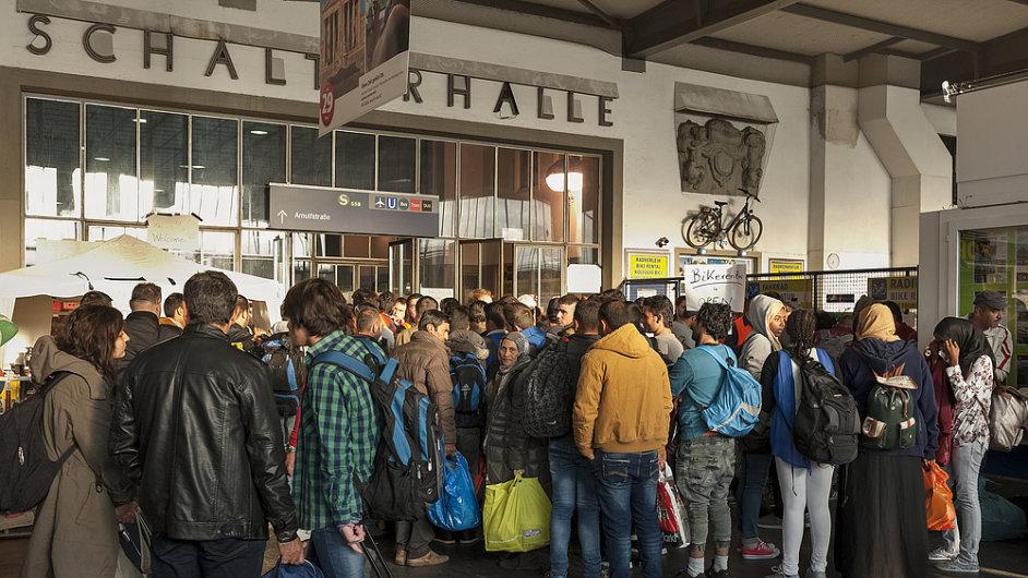 Uprchlíci v Mnichově stojí frontu na žádosti o azyl - Ilustrační foto.