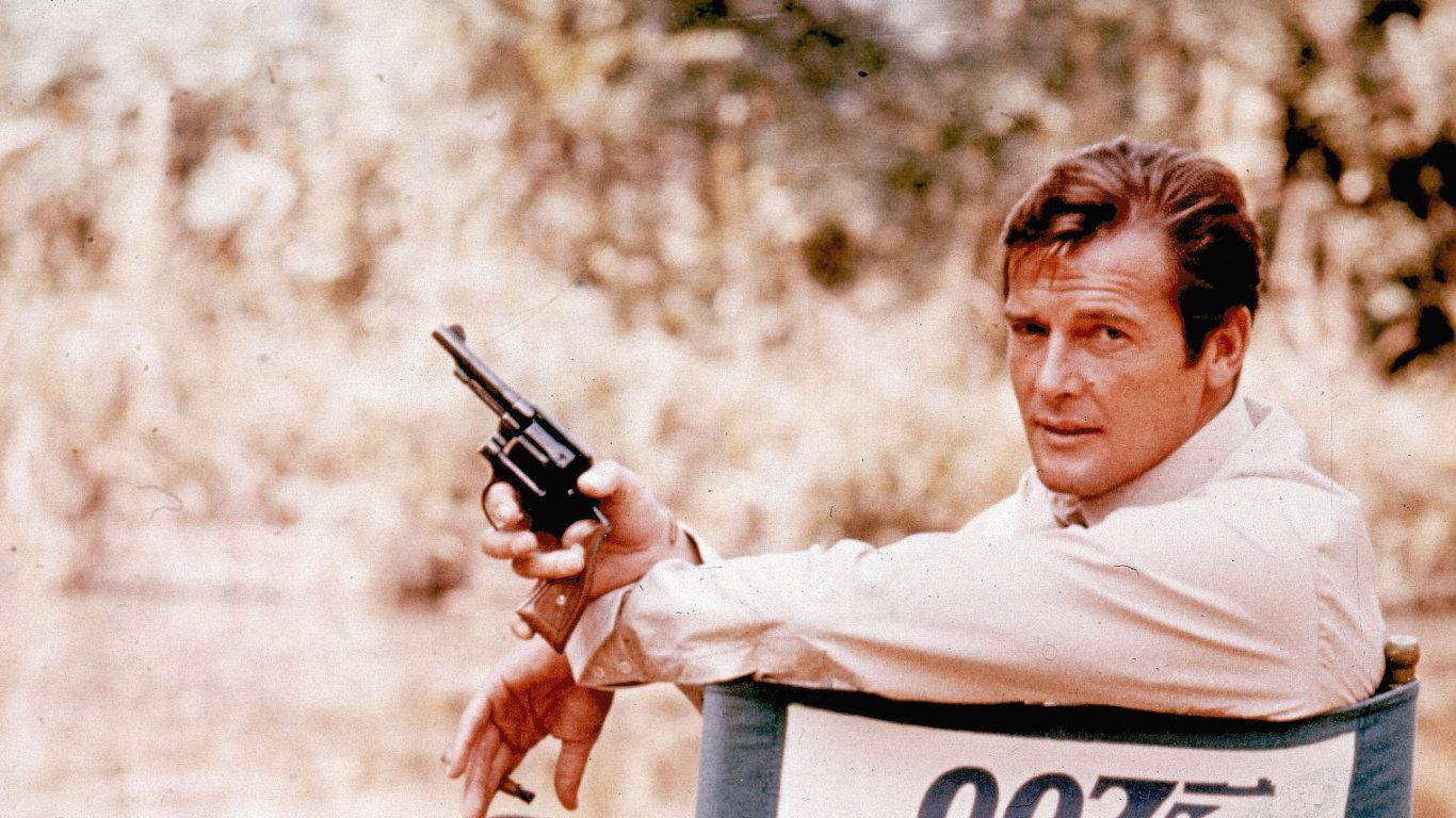 Roger Moore do bondovské ságy naskočil roku 1973 filmem Žít a nechat zemřít. Snímek je z jeho natáčení v Anglii o rok dříve.